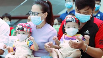 Photo of ẢNH: Chị em Trúc Nhi – Diệu Nhi ngồi ngoan ngoãn vỗ tay theo nhạc, đón Trung thu cùng các bạn trong bệnh viện