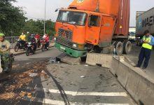 Photo of TP.HCM: Dầu nhớt tràn ra đường sau khi xe container ủi dải phân cách, nhiều người trượt ngã