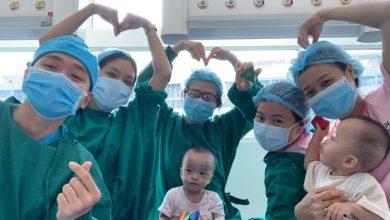 """Photo of Trúc Nhi – Diệu Nhi chuẩn bị xuất viện, các y bác sĩ quyến luyến: """"Chỉ biết ôm chặt 2 con, về nhà thật mạnh giỏi nhé!"""""""