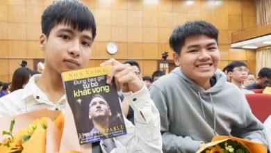 Photo of Lo bạn đi học một mình, nam sinh 10 năm cõng bạn lặn lội từ quê ra Hà Nội dự khai giảng