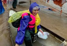 Photo of Mẹ Hồ Ngọc Hà 63 tuổi vẫn ngồi xuồng, lội nước đi cứu trợ từng nhà ở vùng ngập sâu Quảng Trị