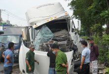 Photo of Xe container tông rất mạnh vào đuôi xe tải, tài xế kẹt cứng trong cabin vỡ nát