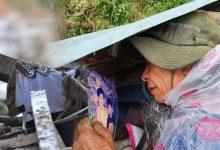 """Photo of Ông lão lục tìm tấm ảnh gia đình tại hiện trường vụ lở núi ở Trà Leng: """"Cả nhà 8 người, con cháu của tôi chết hết rồi…"""""""