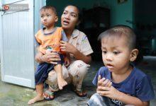 """Photo of 2 đứa trẻ đói ăn ở nhà chờ mẹ vào viện chăm cha bị tai nạn mà không đủ tiền chữa trị: """"Mẹ ơi, cha con đâu rồi"""""""
