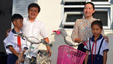 Photo of Ông Đoàn Ngọc Hải tặng quà và mời học sinh ở U Minh Hạ ăn phở