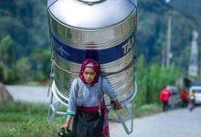 Photo of Bà cụ ở Hà Giang một mình vác bồn nước siêu to trên lưng đi bộ cả quãng đường dài khiến nhiều người kinh ngạc