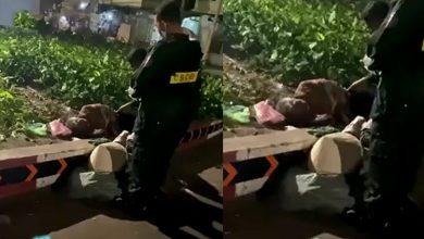 """Photo of Hai cảnh sát cơ động dừng xe giúp đỡ cụ bà vô gia cư đêm giáng sinh :""""Noel mà, ai cũng xứng đáng nhận quà"""""""