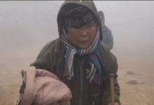"""Photo of Cụ bà run rẩy nắm chặt chiếc áo khoác từ đoàn từ thiện giữa trời mưa rét 1 độ ở Lào Cai: Mùa đông không chỉ có """"sự thú vị"""" của băng tuyết"""