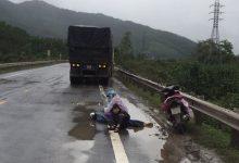 Photo of Tai nạn thương tâm: Hai mẹ con ngồi bệt xuống đường, ôm thi thể chồng khóc ngất giữa trời mưa lạnh