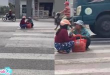 """Photo of Hai người phụ nữ thản nhiên ngồi giữa lòng đường """"tám"""" chuyện"""