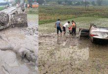 """Photo of Ô tô """"cày"""" nát ruộng lúa rồi lật ngửa, 3 người trên xe đạp cửa bò ra ngoài, thoát nạn"""
