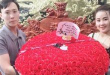 Photo of Thấy vợ buồn, chồng đánh xe rước 500 bông hồng về tặng trước thềm 8/3