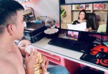 Photo of Bà Phương Hằng cứ livestream hoài, dân tình đã có người ngán ngẩm nhưng cũng còn khối người phát cuồng đến mức vừa cho con bú vừa mở xem