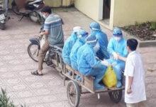 Photo of Xúc động hình ảnh những bác sĩ tuyến đầu chống dịch áo mũ kín mít, ngồi xe kéo thô sơ đi làm nhiệm vụ
