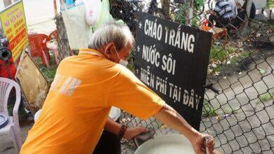 Photo of Người đàn ông Cần Thơ chạy xe ôm nấu cháo miễn phí cho mọi người