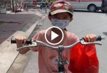 Photo of Xúc động cảnh bé gái 6 tuổi đạp xe đuổi theo ô tô để xin sữa cho em nhỏ ở nhà