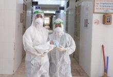 Photo of Đỡ đẻ cho sản phụ nhiễm Covid-19, 3 nhân viên y tế kiệt sức ngất xỉu