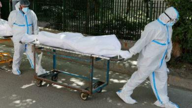 """Photo of """"Bệnh viện xin thông báo, người thân của anh chị đã mất vì Covid-19"""": Phút nghẹn ngào của những """"sứ giả truyền tin"""""""