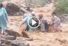 Photo of Rùng mình clip người đàn ông chật vật dắt xe máy vượt qua dòng nước lũ đục ngàu, chảy cuồn cuộn
