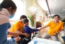 """Photo of """"Con người thật"""" của ông Huỳnh Uy Dũng được tiết lộ trong cuộc gặp với em bé nghèo theo mẹ đến Đại Nam"""