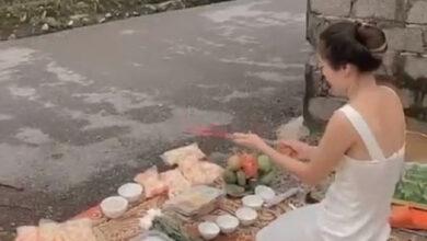 """Photo of Xôn xao clip người phụ nữ mang vàng hương tới trước nhà """"con nợ"""" thắp hương cúng bái"""